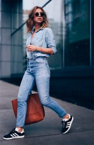 cintura alta e camisa jeans