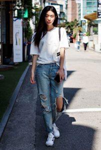 calça jeans detonada com camiseta básica